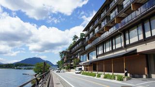 人気リゾート地の河口湖畔にある高級旅館での接客係!